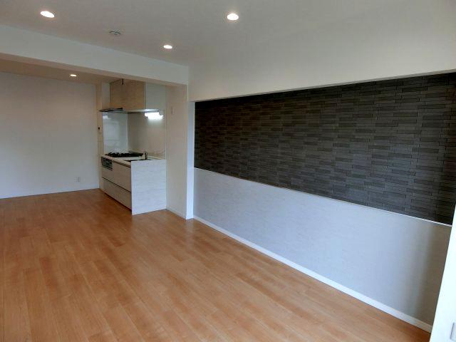 こちらの居間で趣味の時間をお楽しみください リビング壁面にはエコカラット使用 湿気がこもりにくくにおい成分スッキリ