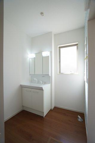洗面脱衣場 窓もありますので換気もできます。