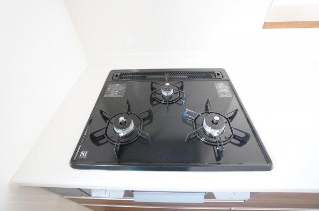 システムキッチンですっきり。3口コンロで同時にたくさんのお料理が調理できます。