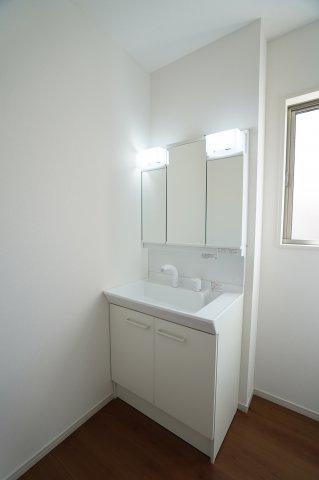 三面鏡の収納で歯ブラシや化粧品などすっきり片付けられます。