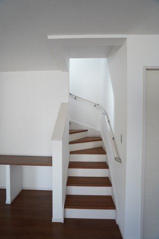 手すり付階段です。お子様も安心して上り下りできます。