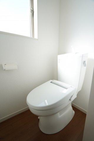 2階トイレです。窓もあるので換気もできます。