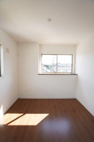 2階5.2帖 南向きの明るいお部屋です。窓も2面あるので換気も十分にできます。