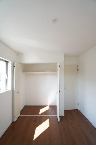 2階5.5帖 枕棚、ハンガーパイプ付き。洋服の多い方でもたっぷり収納できます。