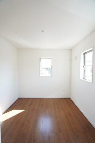 2階5.5帖 各居室シンプルな洋室で使いやすいです。家具のレイアウトも楽しみです。