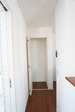 キッチン横の収納です。買い置きした食品や飲料水など保管しておくのにいいですね。