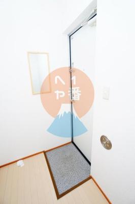 家賃1ヶ月無料キャンペーン中。トイレと洗濯機置き場です。