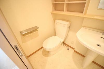 おしゃれな棚付きトイレ