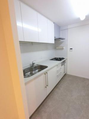 3口ガスコンロのシステムキッチンです。 独立キッチンでお部屋を広くお使いできます。
