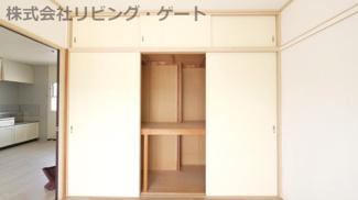 壁一面ある収納棚!沢山収納できるのでお部屋もスッキリしますね。
