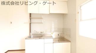 キッチンの横には窓があります。窓から入り込む日差しでお部屋が明るくなります。