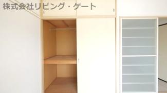 こちらのお部屋にも収納スペースあります!