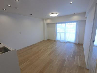 11.4帖のリビングは南東向きにつき日当たり・風通し◎ ダイニングテーブルやソファーなどの家具もしっかりと配置できます。