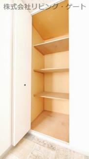 洋室4.3帖の収納。棚があるので整理整頓しやすいですね。