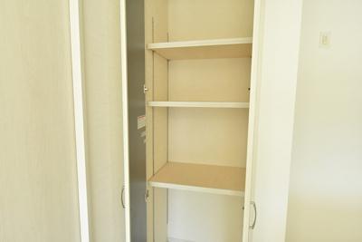 (収納参考)キッチン横の食品庫は、高さの変えられる可動棚付で便利に使えると好評です♪
