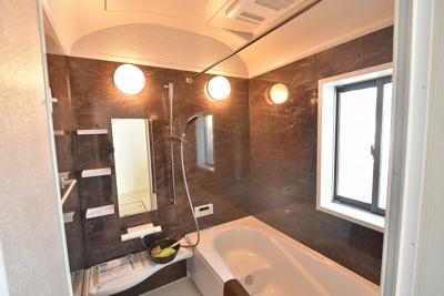 (お風呂参考)LIXILのシステムバス 浴室換気乾燥暖房機付、フルフォールシャワーで心地よいバスタイムを♪ 丸洗いカウンターなどお手入れもしやすい仕様です。