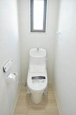 (トイレ参考)LIXILの壁リモコン付シャワートイレ。フチレスタイプの便器でお掃除もしやすいと評判です。