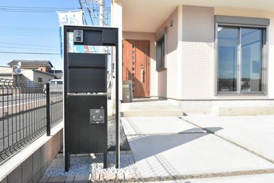 (外構参考)置き配にも役立つ宅配ボックス付のポストは、在宅中でも非対面で宅配便を受け取れるので便利で安心です!