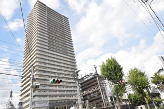 灘駅前すぐにある32階建ての高層マンション。