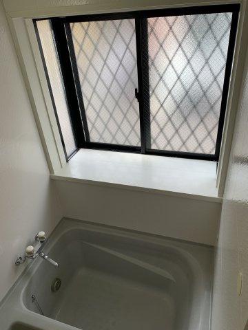 大きめの窓があることで、閉塞感を感じさせない浴室となっております。