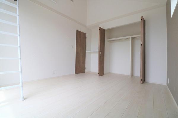 【洋室】 2階バルコニーに面したロフト付きの7.25帖洋室です。収納スペースたくさんございます♪