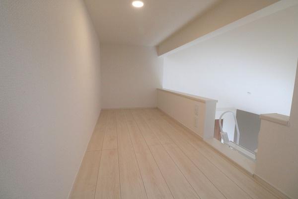 【ロフト】 2階7.25帖洋室にあるロフトです。物置もよし、ちょっとした作業スペースにも♪