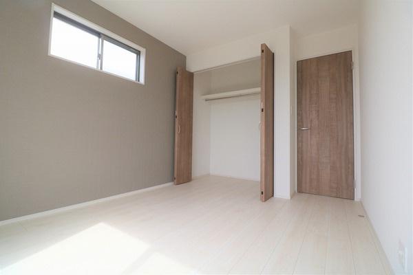 【洋室】 2階バルコニーに面した5.25帖の洋室です。アクセントクロスがオシャレです♪