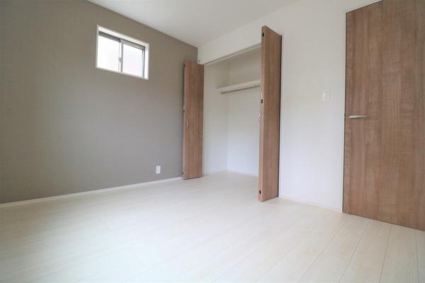 【洋室】 2階5.25帖洋室。各洋室に大きなクローゼット付きで収納には困りません♪