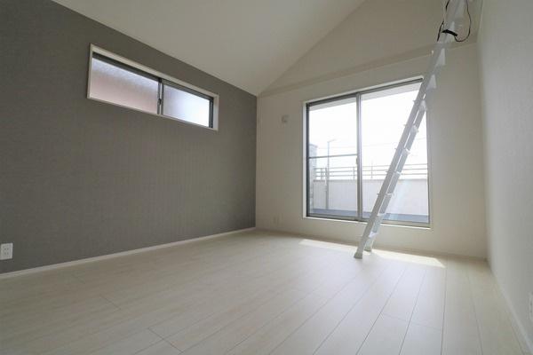 【洋室】 2階ロフト付き7.25帖洋室。とても明るいです♪