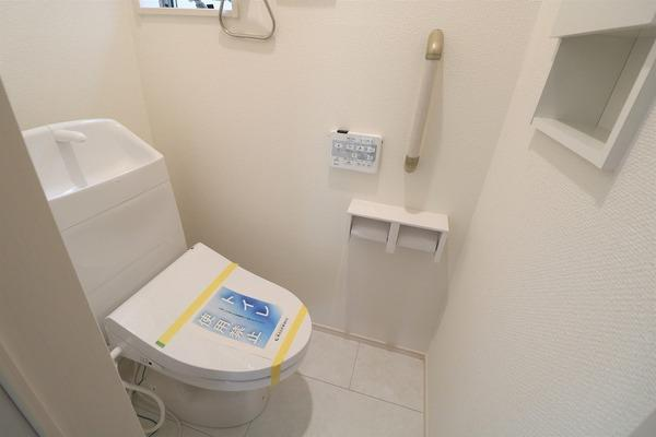 【トイレ】 1階ウォシュレット付きのトイレです♪