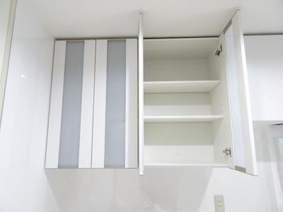 キッチンスペースには、うれしい収納棚があります。散らかりがちなキッチン周りにはうれしい仕様です♪