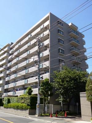 総戸数32戸・開放感あるライトコート(採光のための中庭)のあるマンションです。
