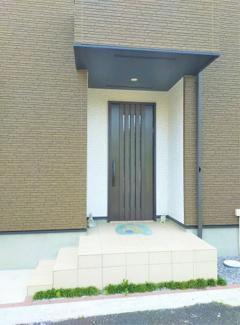■東面の玄関です <吉川市大字平沼 中古戸建>