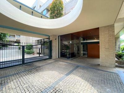 まるで海外の邸宅のような門構え。ワンランク上の生活を想像させるエントランスアプローチ。