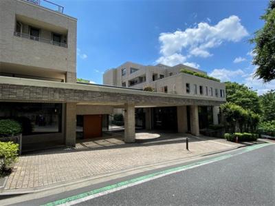 野村不動産旧分譲のプラウドシリーズ。成城学園前駅と祖師ヶ谷大蔵駅とそれぞれ徒歩10分圏内のアクセスです。