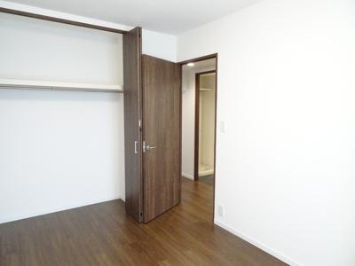 独立した6.2帖の洋室です。お子様のお部屋に、またゲストルームに最適です。採光も十分にあります。