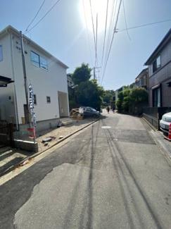 建物前の道路になります。