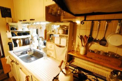 こだわりのキッチンになります。 食器棚にもこだわりを感じます♪