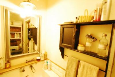 こだわりの洗面台+小物収納棚 鏡にもこだわりを感じます♪