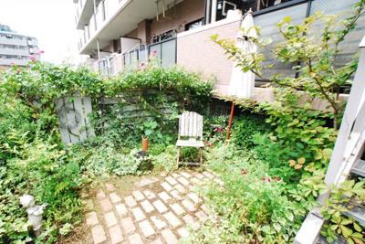 南向きで日当たり良好! 専用庭付で緑と戯れることができます♪ 専用庭で緑に囲まれてカフェタイムはいかがですか♪