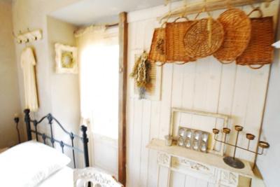 南側洋室になります。 壁に板を張りホワイトで加工 小物収納棚の出来上がり♪