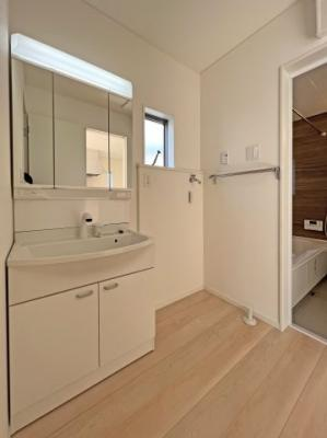 ■三面鏡タイプを採用。鏡の裏にも収納できます ■手洗の洗濯にも便利なゆったりサイズのシンク  ■水栓はリフトアップ機能付、ハンドシャワーでも使えます