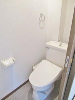 温水洗浄便座付きの落ち着いたトイレです