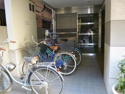 自転車置き場を兼ねた建物入口
