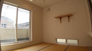 八千代市萱田町 中古戸建 八千代中央駅 2階和室。室内収納もバルコニーへの出入り口もあり、主寝室としても使えます。