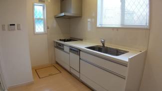 八千代市萱田町 中古戸建 八千代中央駅 洗面室からもリビングからも行き来できる家事動線に優れたキッチン。