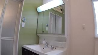 八千代市萱田町 中古戸建 八千代中央駅 独立洗面台3面鏡です。