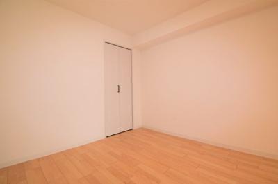 リビングに隣接している洋室(4.5帖)です。