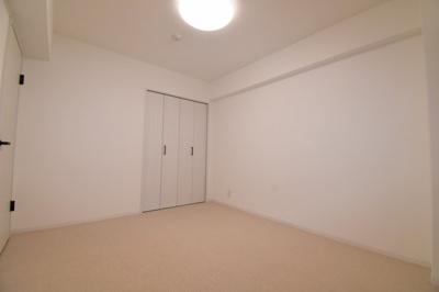 洋室(6.0帖)です。廊下に繋がっている窓があります。
