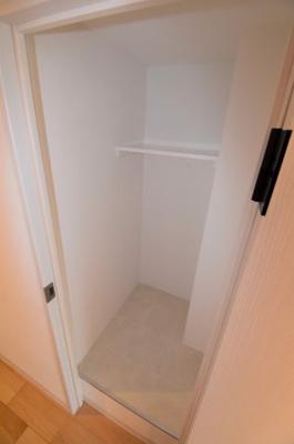 廊下には大きな収納があります。